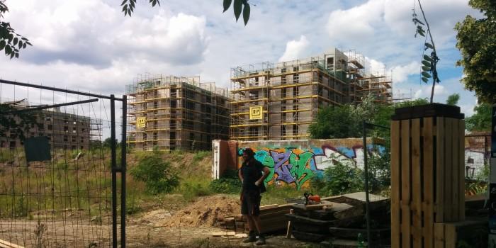 Bauarbeiter vor den beiden östlichen Rohbauten (22.06.2016)